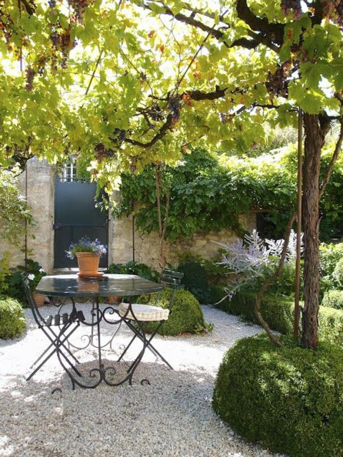 tables-et-chaises-de-jardin-pas-cher-en-fer-forgé-cailloux-blancs-joli-jardin