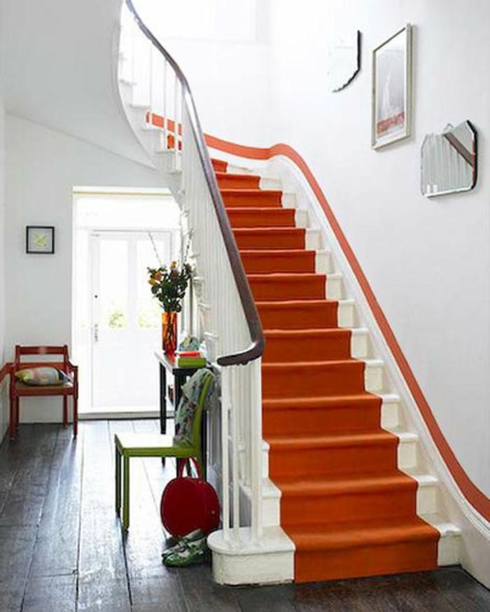 tapis-d-escalier-coloré-escalier-dans-la-maison-design-tapis-escalier-orange