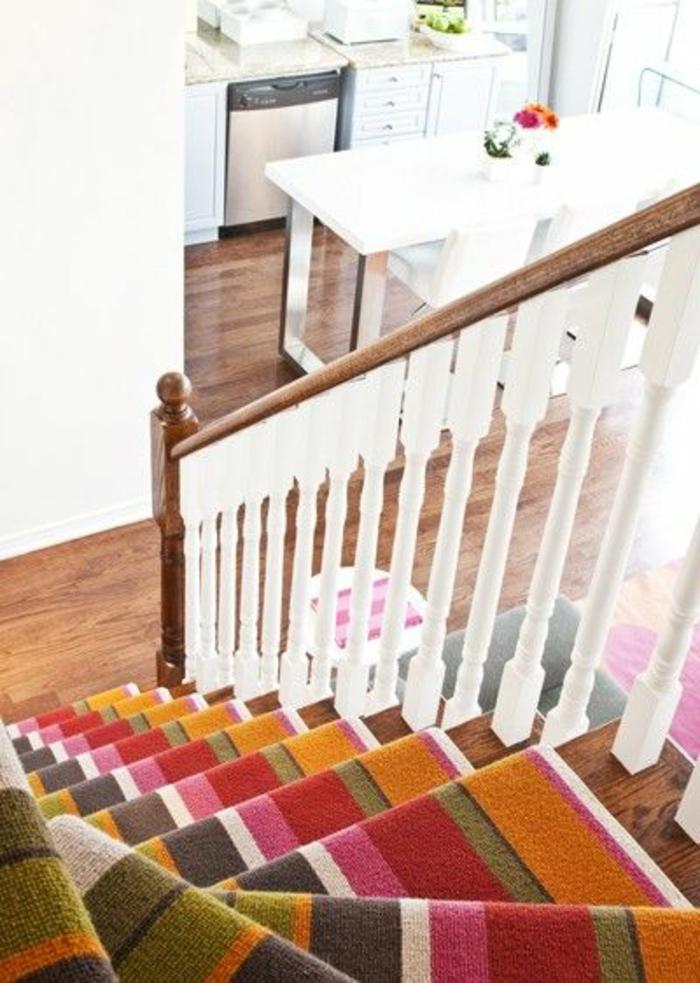 tapis-d-escalier-coloré-escalier-dans-la-maison-rampe-d-escalier-bois-design