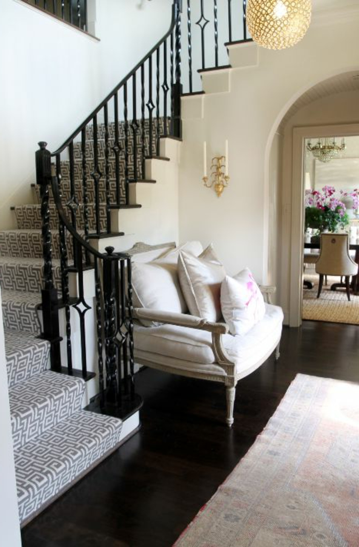 tapis-d-escalier-de-couleur-gris-parquette-foncé-dans-l-entrée-de-la-maison