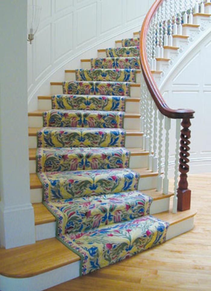tapis-d-escalier-pas-cher-coloré-a-motifs-florals-escalier-en-bois