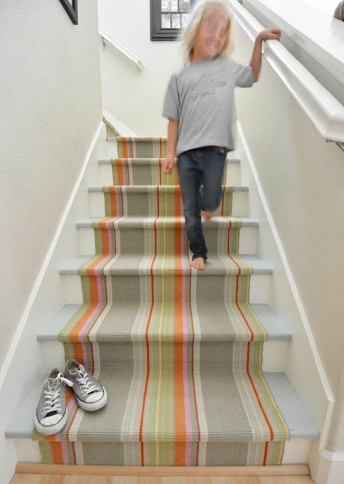 tapis-escalier-coloré-escalier-en-bois-rampe-d-escalier-moderne-de-couleur-blanc