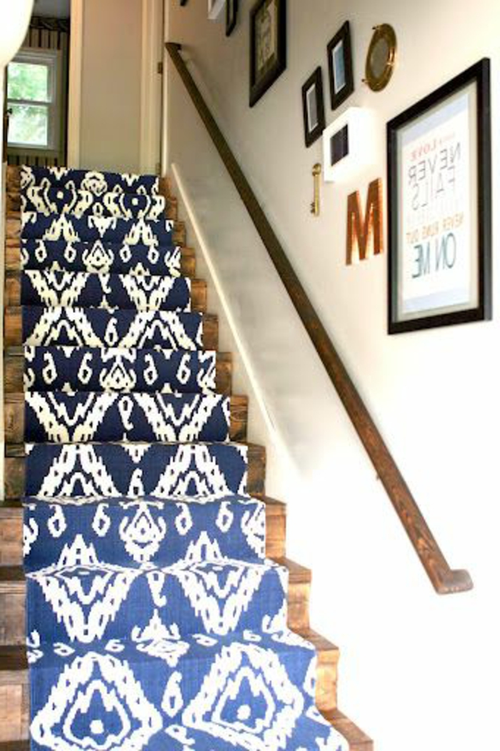 tapis-escalier-design-pas-cher-marche-d-escalier-de-couleur-bleu-blanc-escalier-en-bois