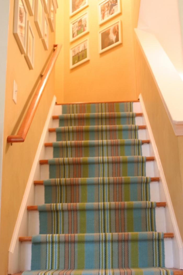 tapis-escalier-pas-cher-designe-pour-tapis-d-escalier-coloré-escalier-en-bois