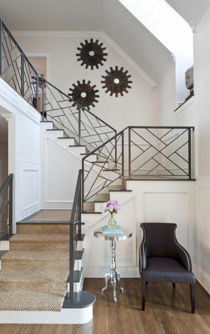 tapis-pour-escalier-beige-sol-en-parquette-massif-chaise-gris-meubles-d-entrée