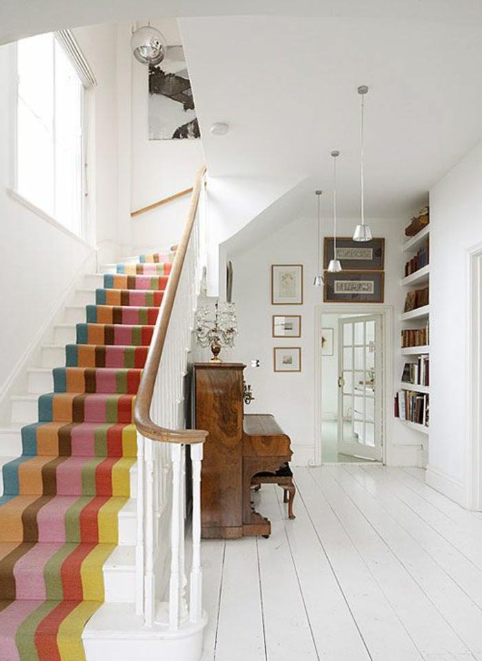 tapis-pour-escalier-coloré-design-moderne-maison-intérieur-blanc-planchers