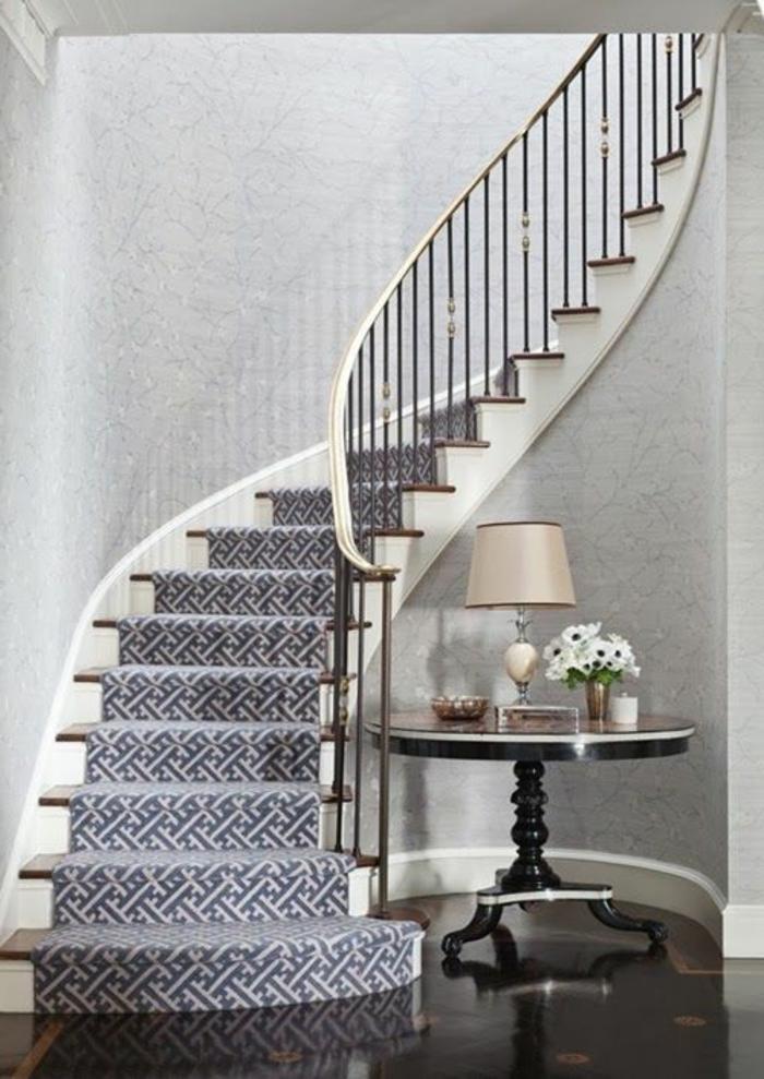 tapis-pour-escalier-coloré-design-moderne-maison-intérieur-tapis-blanc-bleu