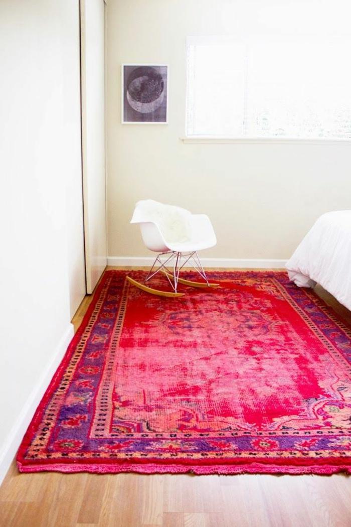 tapis-rouge-chambre-a-coucher-couleur-carmin-chaise-berçante-en-plastique-blanc