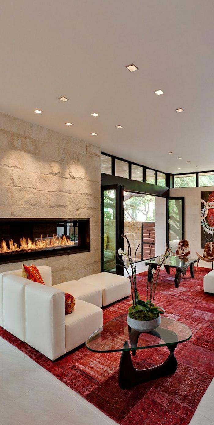 tapis-rouge-cheminée-décorative-tapis-couleur-amarante-intérieur-moderne