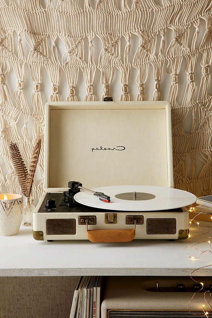 tourne-disque-vintage-design-en-couleur-crème