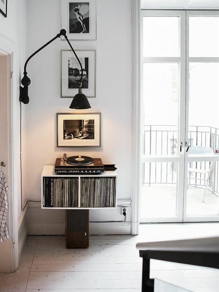 tourne-disque-vintage-et-lampe-murale