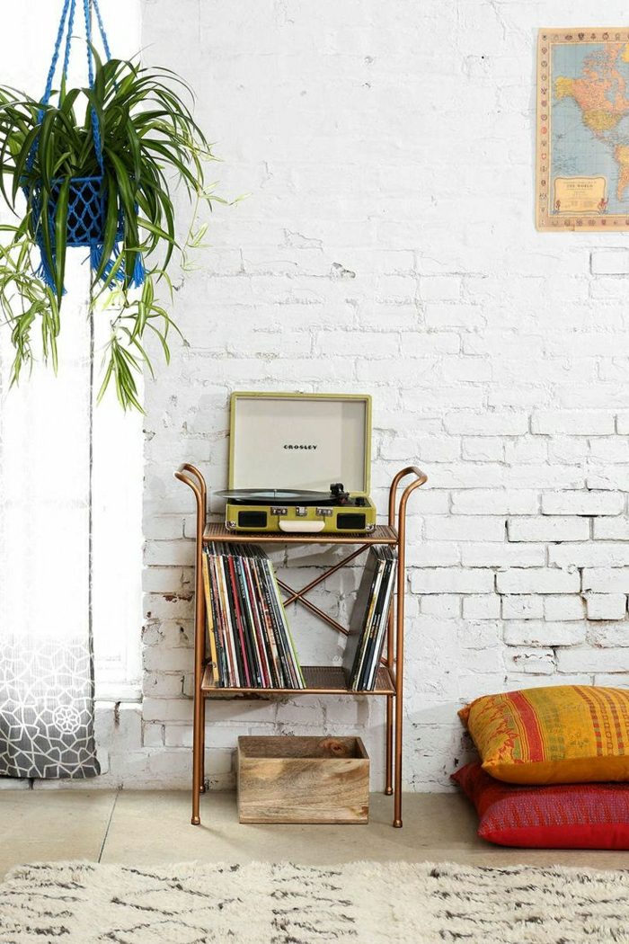 tourne-disque-vintage-et-mur-en-briques