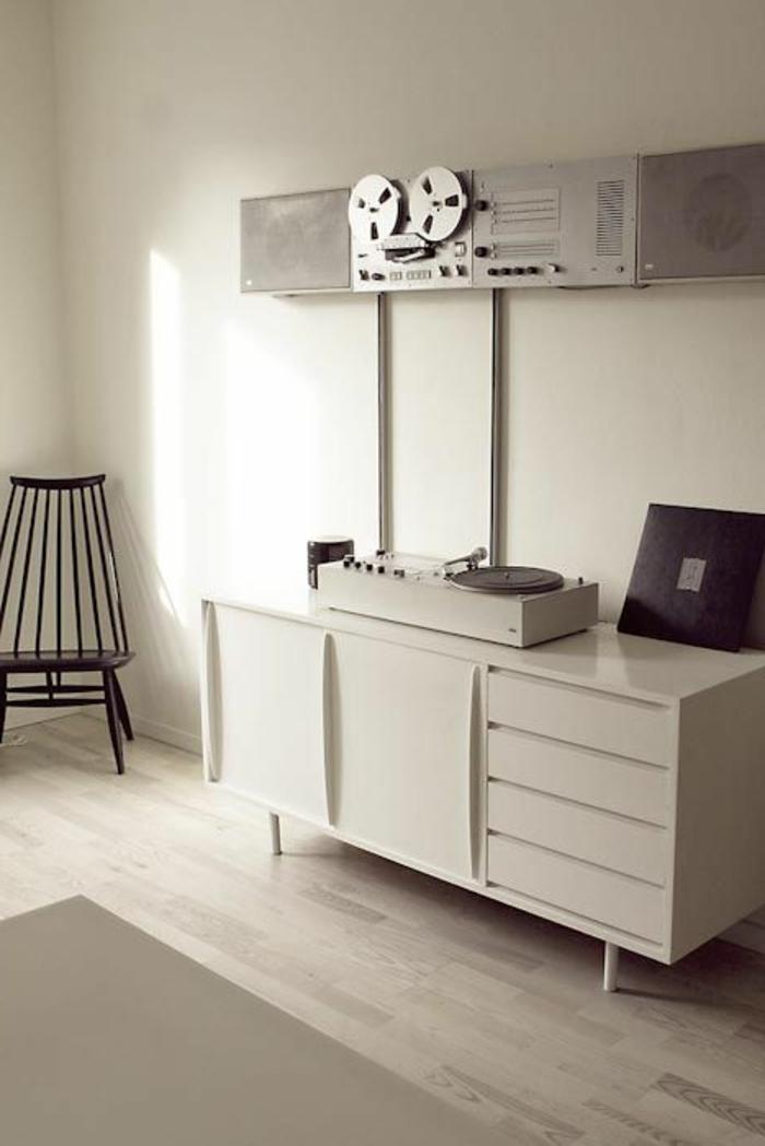 tourne-disque-vintage-mobilier-élégant-en-blanc