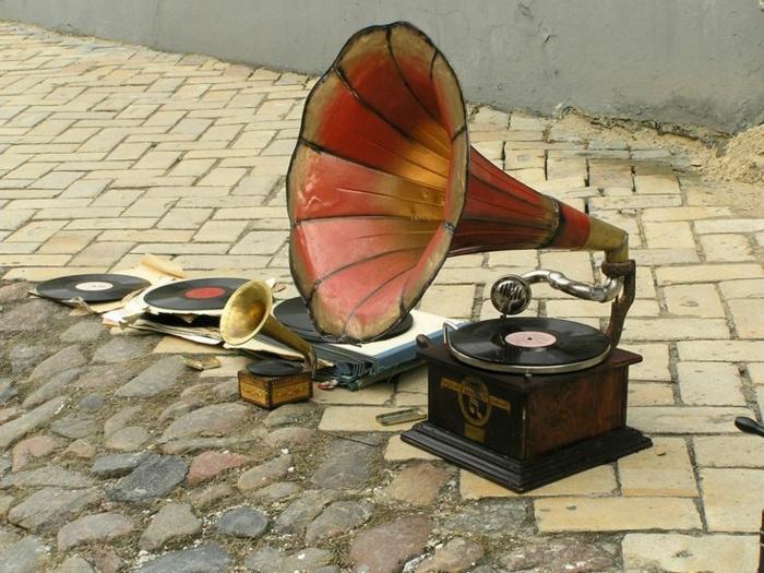 tourne-disque-vintage-sur-la-rue