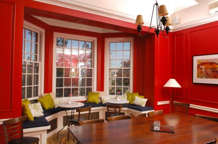 un-beau-salon-de-couleur-carmin-lustre-en-fer-table-en-bois-massif-lampe-de-salon