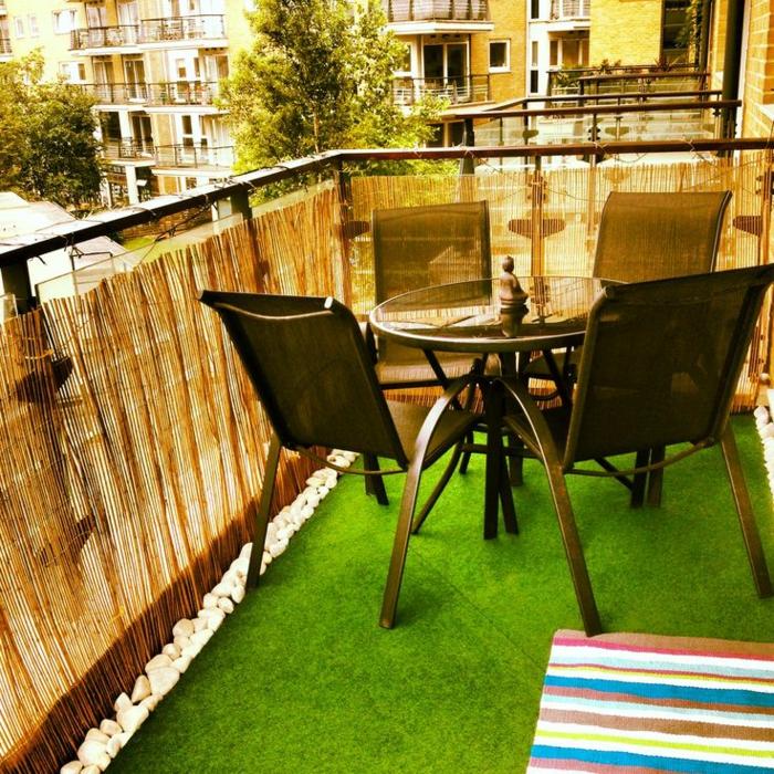 un-joli-balcon-avec-gazon-synthétique-de-couleur-verte-taips-de-fasse-pelouse
