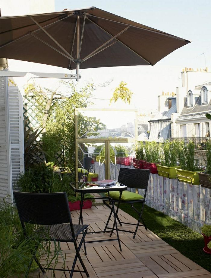 un-joli-balcon-avec-parasol-de-balcon-table-et-chaises-de-balcon-aménagement-pour-la-terrasse