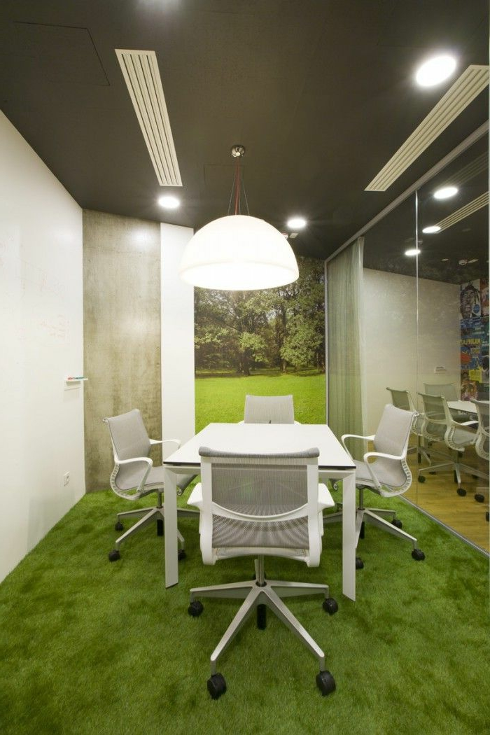 un-joli-coin-de-travail-avec-gazon-synthétique-de-couleur-verte-bureau-avec-taips-de-fasse-pelouse