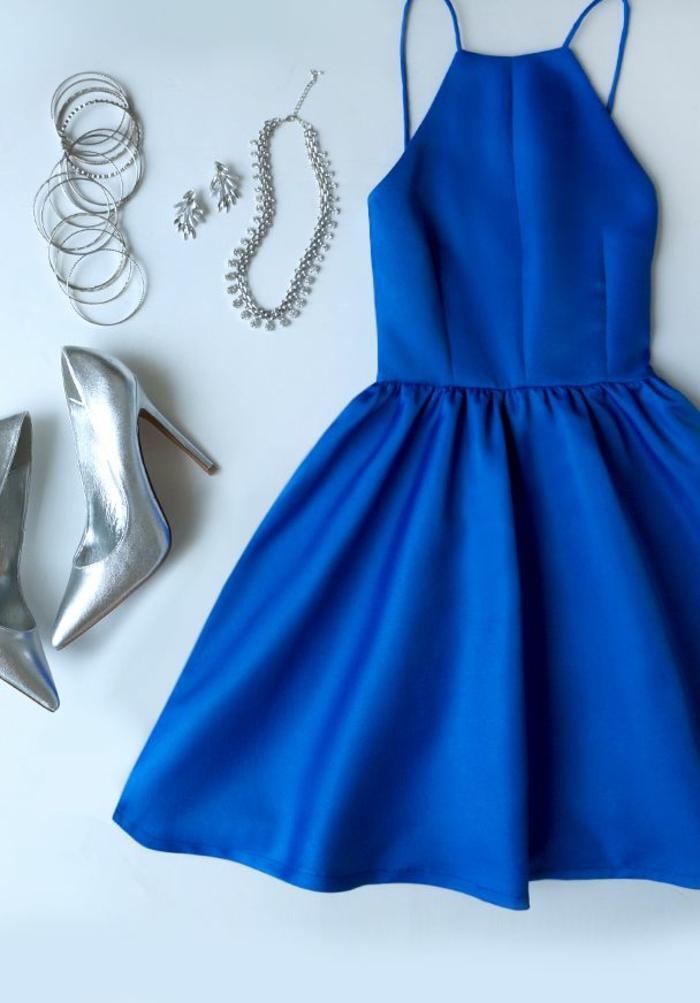 un-jolie-roble-bleue-foncée-robe-courte-de-soirée-bleu-foncé