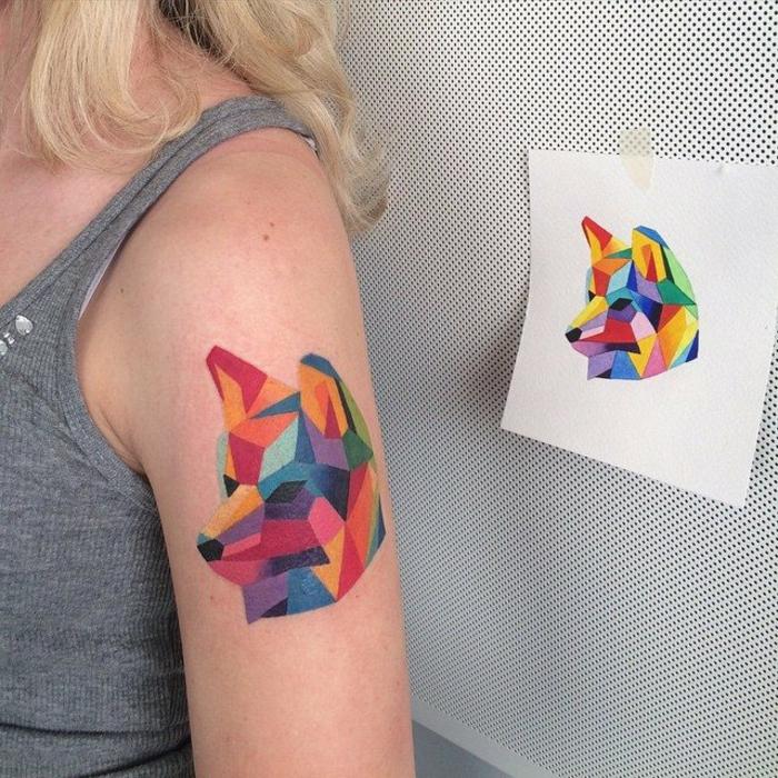 un-tatoueur-celebre-motif-geometrique-signification-tattoo-fox-coloré