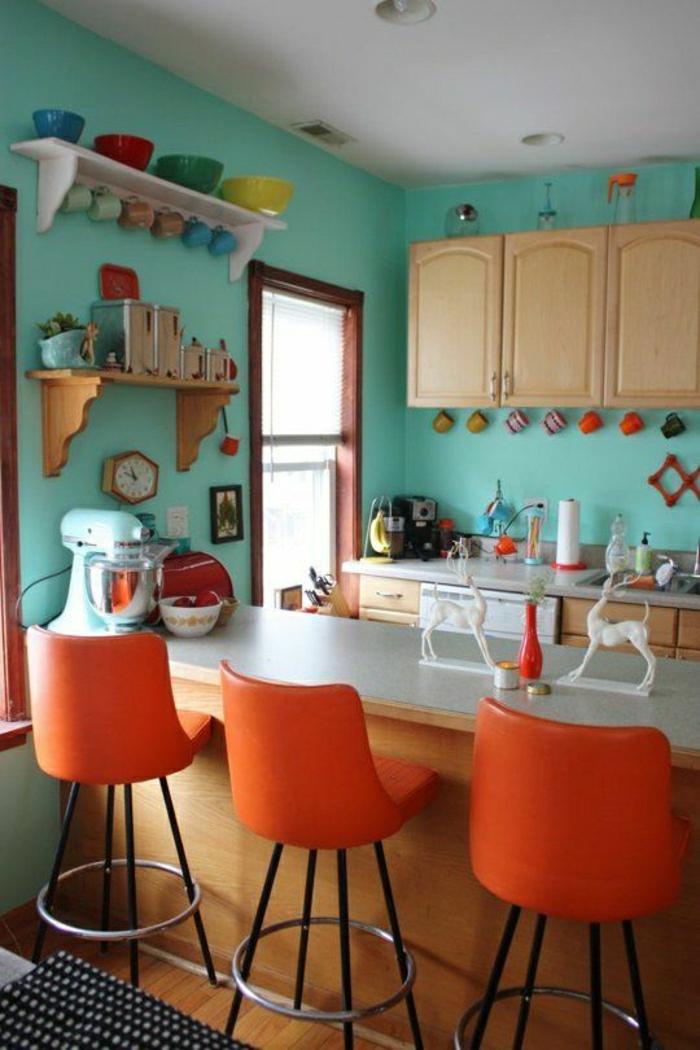 une belle cuisine colore chaise de bar oranges - Cuisine Mur Bleu Turquoise