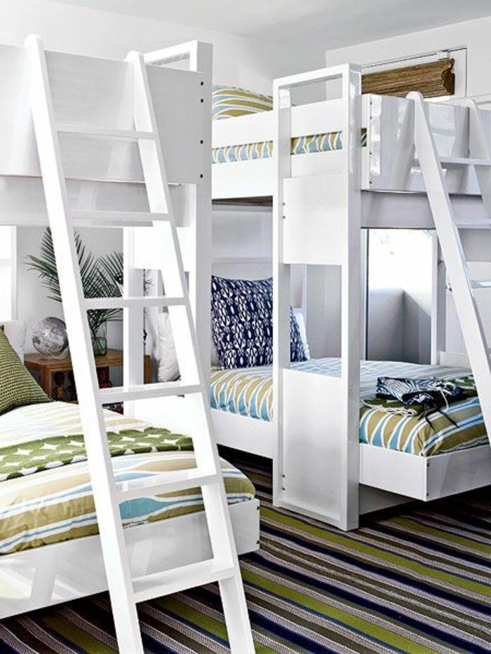 une-jolie-chambre-d-enfant-avec-un-lit-enfant-sureleve-tapis-bleu-a-rayures