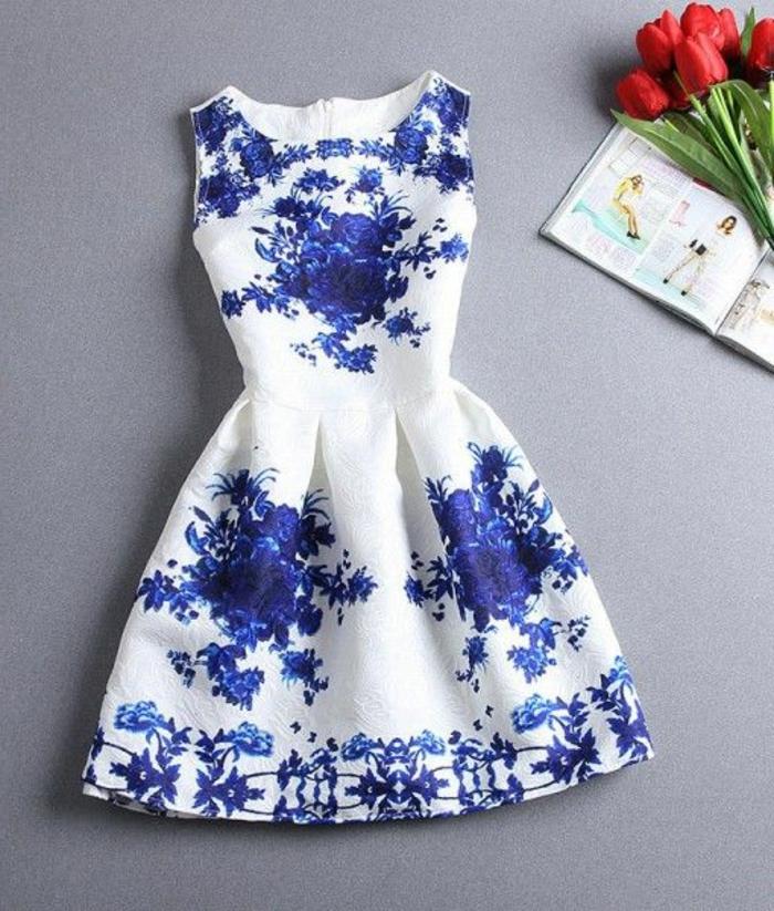 une-jolie-robe-de-couleur-bleu-marine-roble-bleue-marine-bleu-blanc