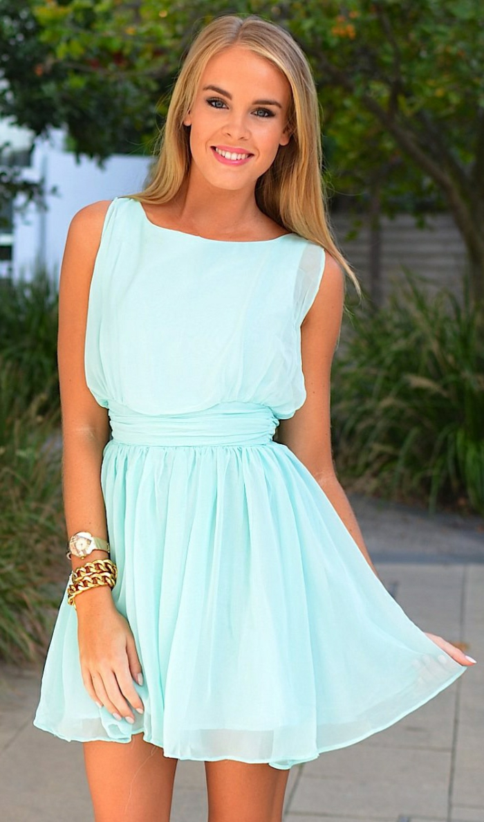 une-jolie-robe-de-couleur-bleu-marine-roble-bleue-marine-courte-femme-blonde