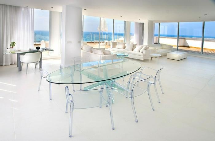 une-jolie-table-avec-plateau-de-table-en-verre-terrasse-avec-un-joli-vue-ocean