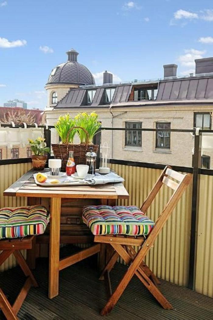 une-jolie-table-pliante-en-bois-terrasse-avec-belle-vue-chaises-en-bois-pliantes