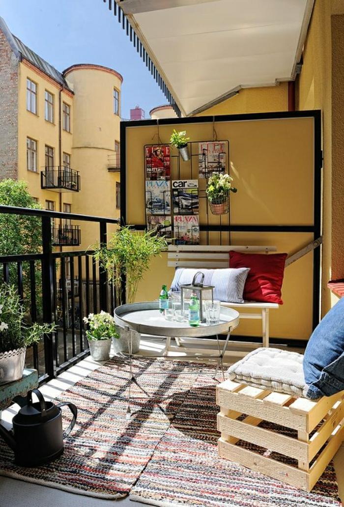 une-jolie-table-pliante-pour-le-balcon-moderne-tapis-coloré-tapis-pour-le-balcon