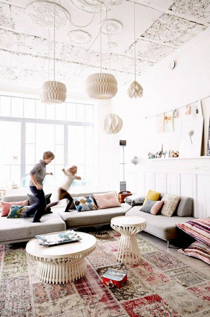 une-petite-table-basse-en-bois-pour-le-salon-tapis-coloré-enfants