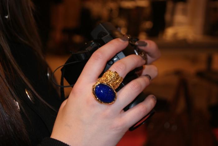 ysl-bijoux-et-tenue-de-jour-main-photo