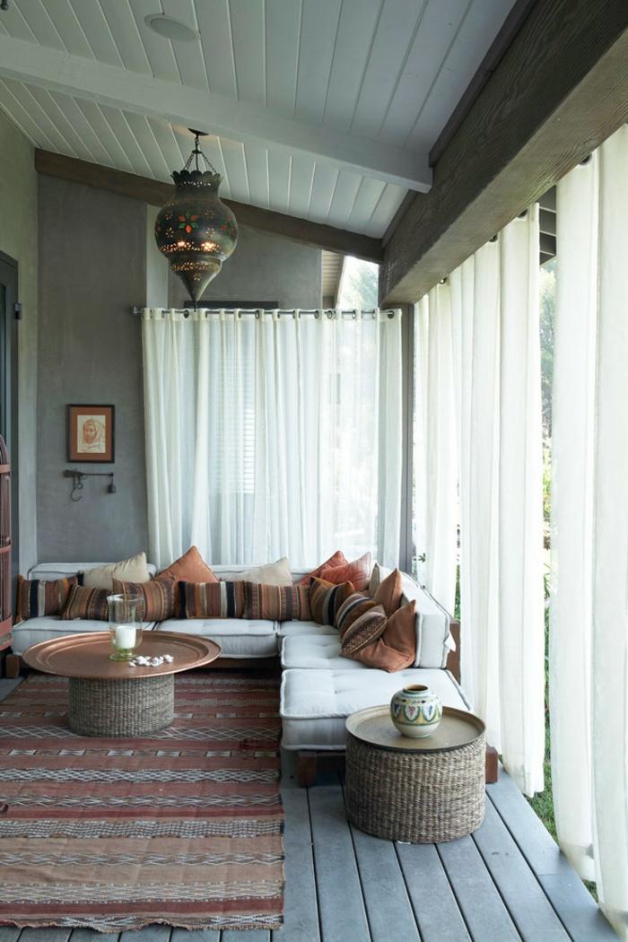 à-aménager-son-salon-marocain-toulouse-fauteuil-marocain-salle-de-séjour-idée-originalesofa-blanc-confortable