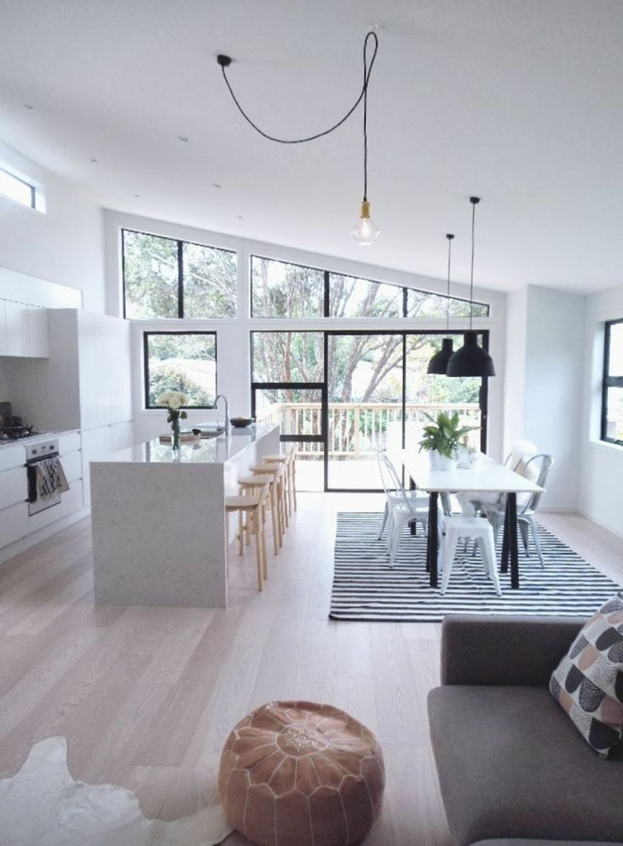 îlot-de-cuisine-blanc-dans-la-cuisine-studio-avec-un-tapis-en-peau-d-animal-blanc