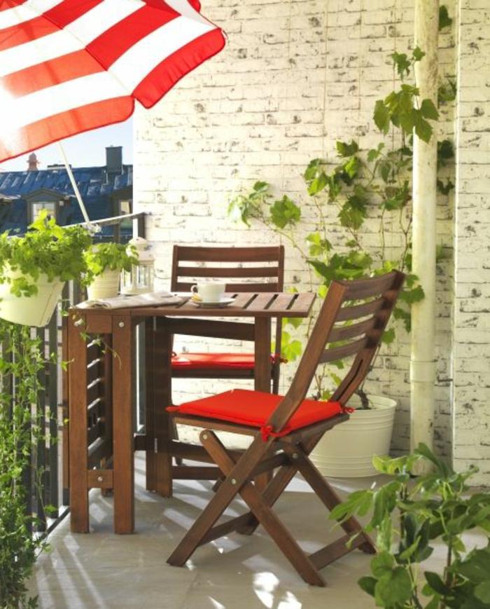 0-une-jolie-terrasse-avec-parasol-d-extérieur-à-rayures-blanc-rouges