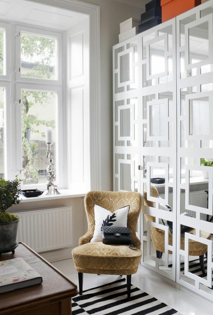 1-alinea-miroir-décoratif-dans-la-chambre-de-sejour--chaise-beige-fenetre-dans-la-salle-de-sejour