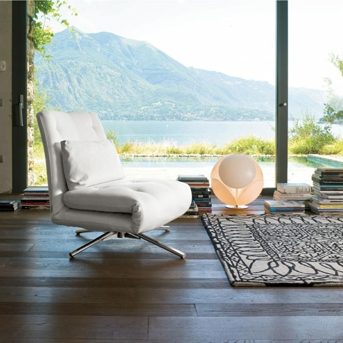 1-aménagement-du-petit-espace-avec-le-fauteuil-convertible-lit-tapis-oriental-grand-fenetre
