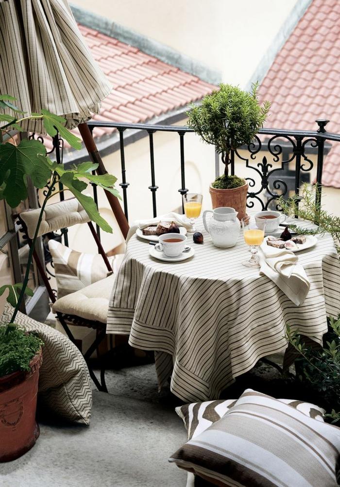 1-balcon-avec-parasol-d-extérieur-parasol-beige-pour-le-balcon-d-appartement