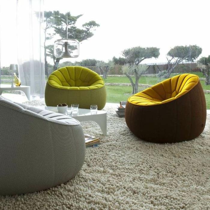 1-canapé-gonflable-coloré-avec-un-design-moderne-pour-le-salon-avec-tapis-beige