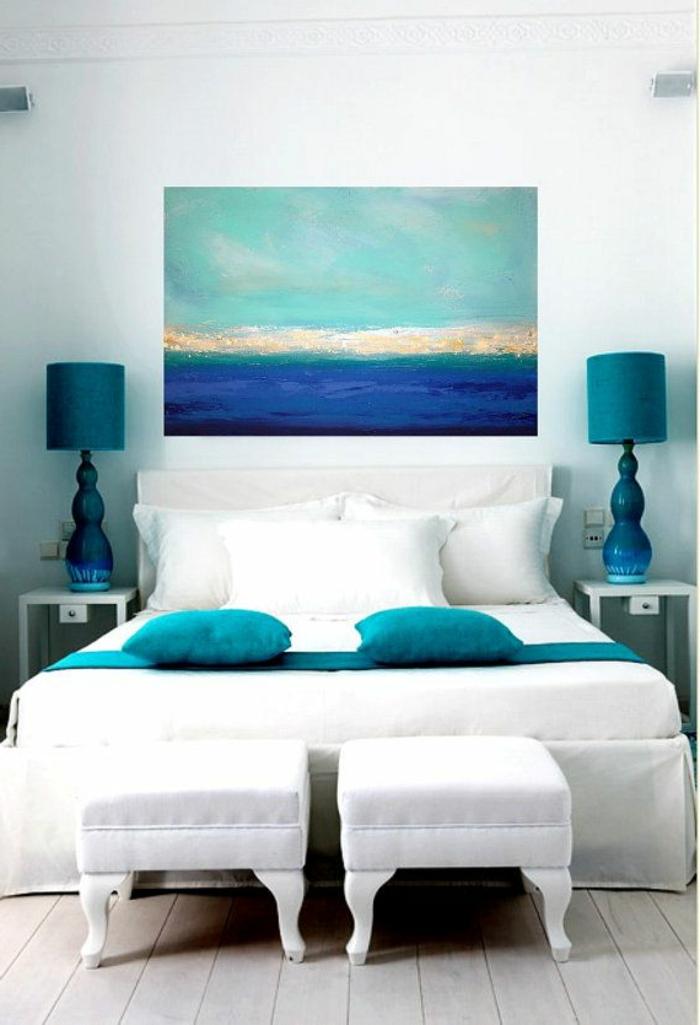 1-comment-décorer-sa-chambre-avec-peinture-décorative-linge-de-lit-blanc-et-bleu