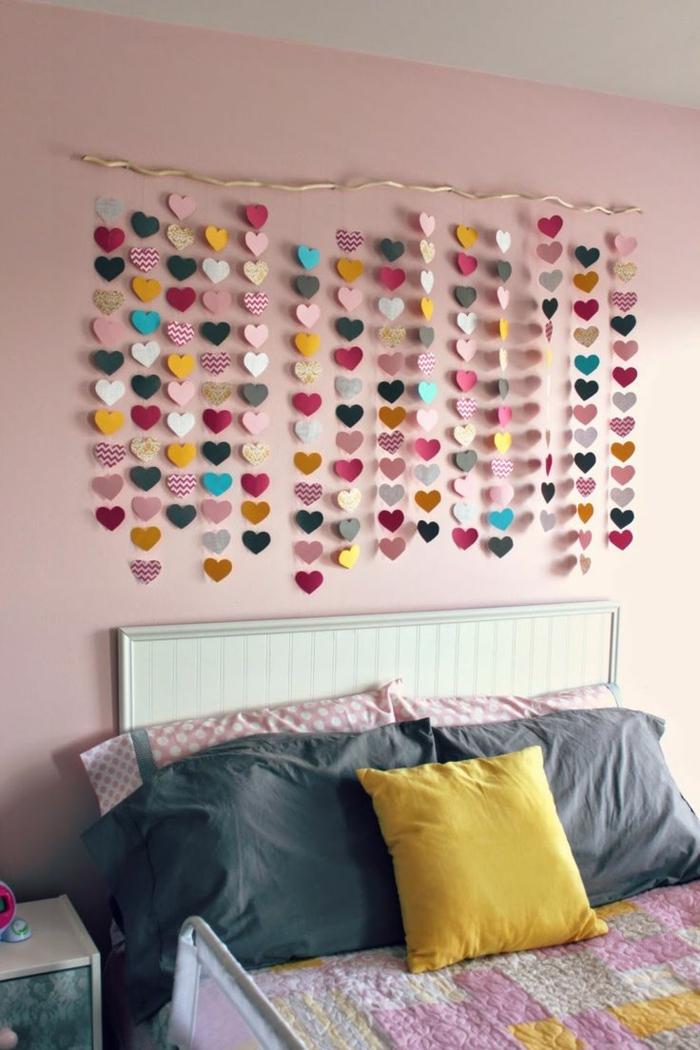 1-comment-décorer-sa-chambre-papier-peint-chambre-adulte-tendance-mur-rose-linge-de-lit-gris