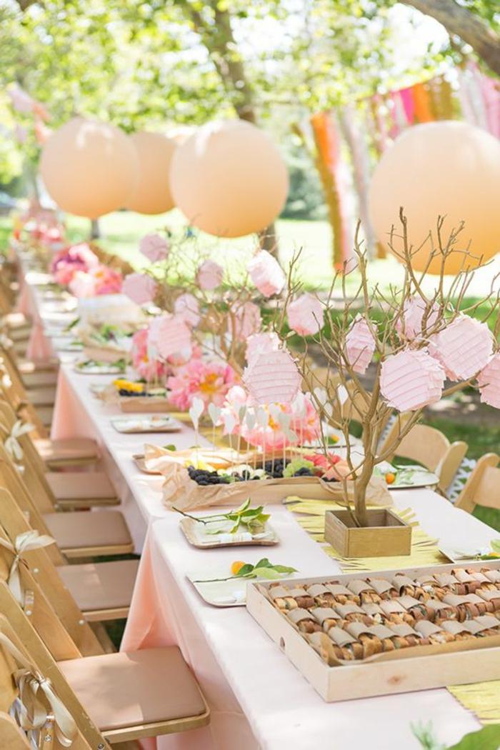 1-décoration-de-table-anniversaire-avec-beaucoup-de-couleurs-sur-la-table-fete-et-balons