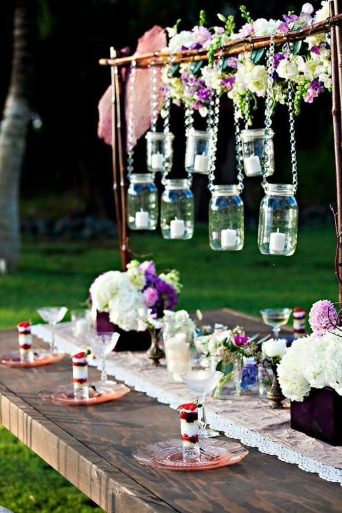 1-décoration-de-table-anniversaire-avec-beaucoup-de-couleurs-sur-la-table-fete-et-fleurs