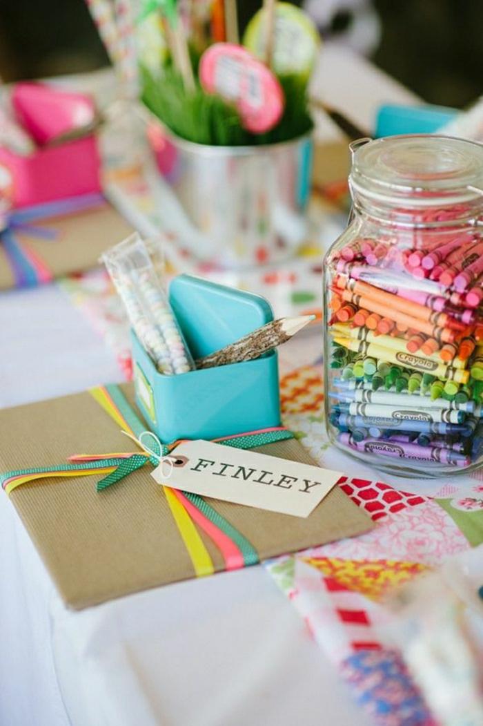 1-décoration-de-table-anniversaire-avec-beaucoup-de-couleurs-sur-la-table-fete