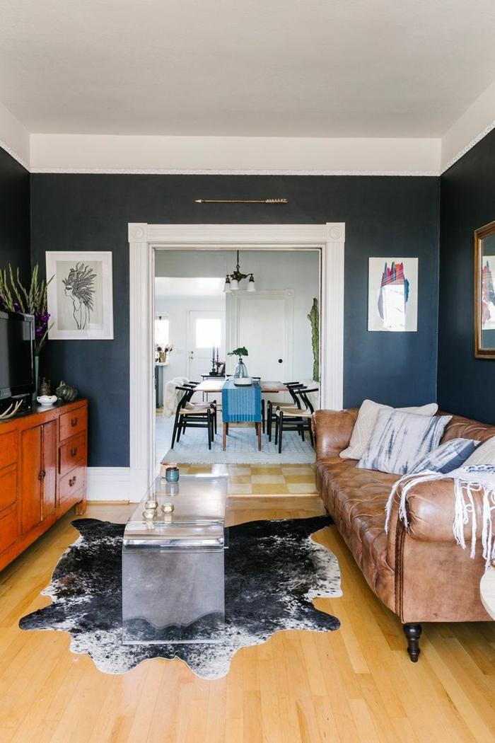 1-décorer-le-salon-avec-tapis-en-peau-d-animal-une-table-basse-en-verre-dans-le-salon-parquette-clair-meubles