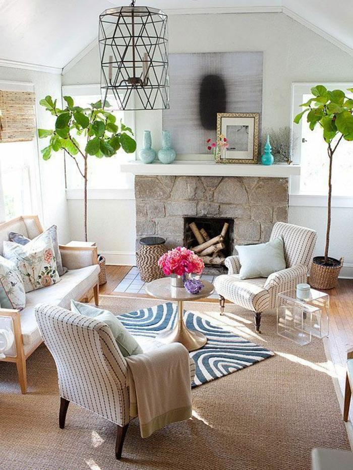 1-décorer-le-salon-avec-un-lustre-en-fer-forgé-plantes-vertes-cheminée-intérieur-tapis-beige-table-ronde
