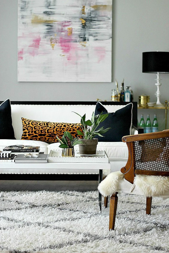 1-décorer-le-salon-avec-une-peinture-décorative-mur-gris-tapis-blanc-canapé-blanc-noir-lampe-de-salon-noire