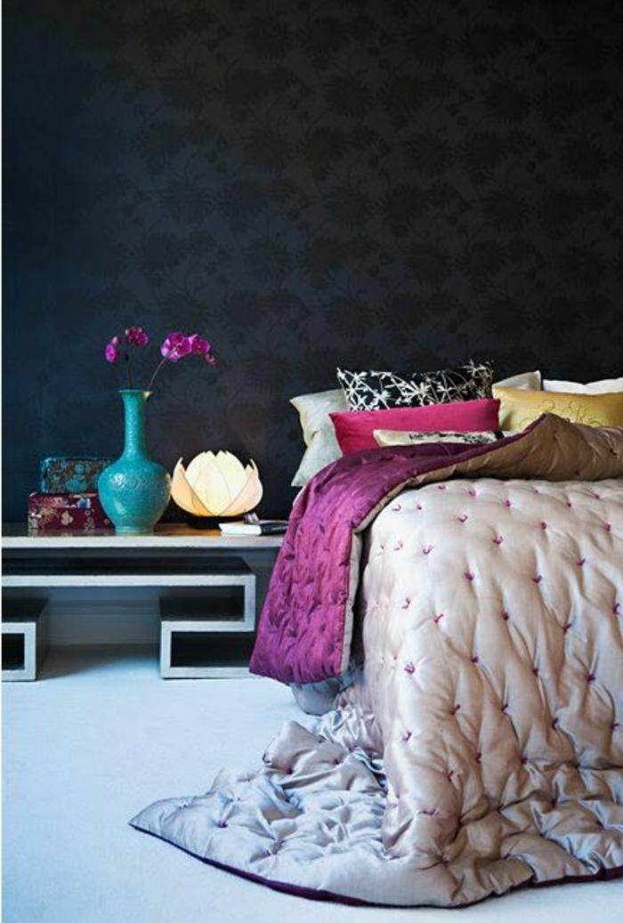 1-deco-chambre-parentale-mur-noir-une-table-de-chevet-avec-fleurs-et-lampe-boule