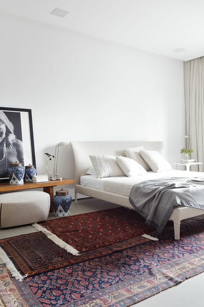 1-deco-chambre-parentale-tapis-retro-rouge-à-motifs-lit-blanc-avec-coussins-blancs
